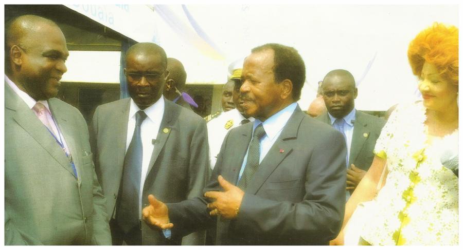 Comice agro-pastoral d'Ebolowa (Janvier 2011) - Le Président et Mme Chantal BIYA s'entretiennent avec le DG Dayas Mounoumé au stand du PAD