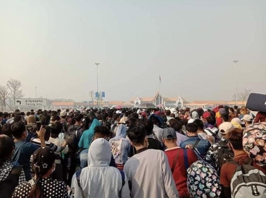 タイからミャンマーへと国境を急ぐ、多くのミャンマー出稼ぎ者の群
