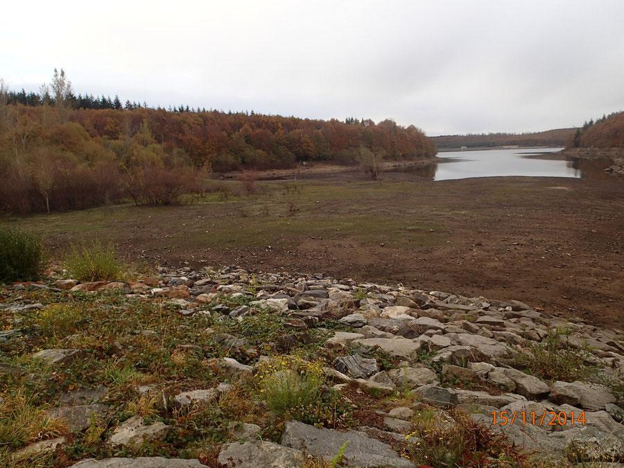 Vue du lac de Laprade en automne