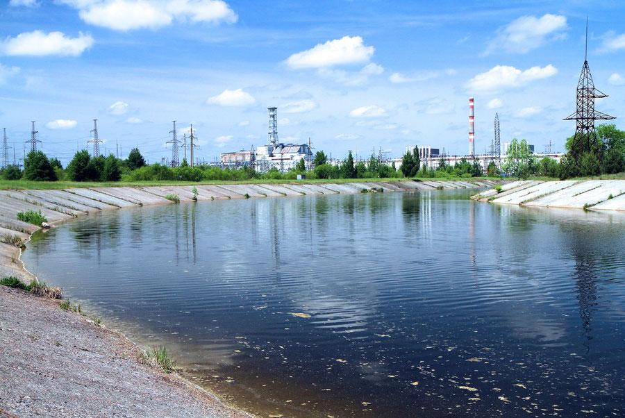 Reaktoren Nr. 3 und 4 vom Kühlteich gesehen