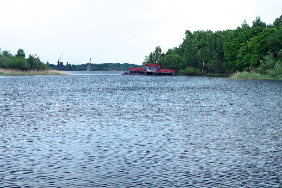 Kontaminiertes Schiffswrack im Güterhafen von Pripyat