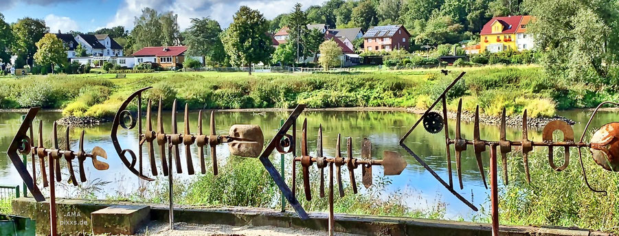 EXODUS DER FISCHE -  Installation der Fisch-Skulpturen der Künstlergemeinschaft iSAACo,2020 im Weserort Herstelle am Radweg