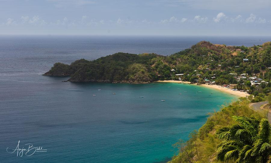 Erster Blick auf Castara Bay mit der kleinen Heavenly Bucht am Ende
