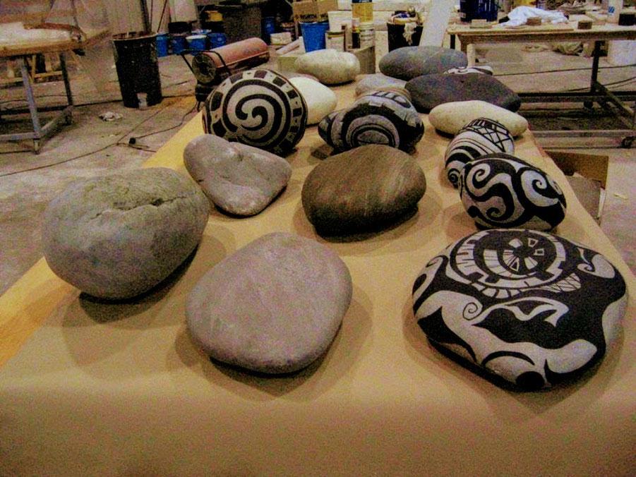 Rocas , Piedras ficticias decoradas estilo Maori, para escaparate