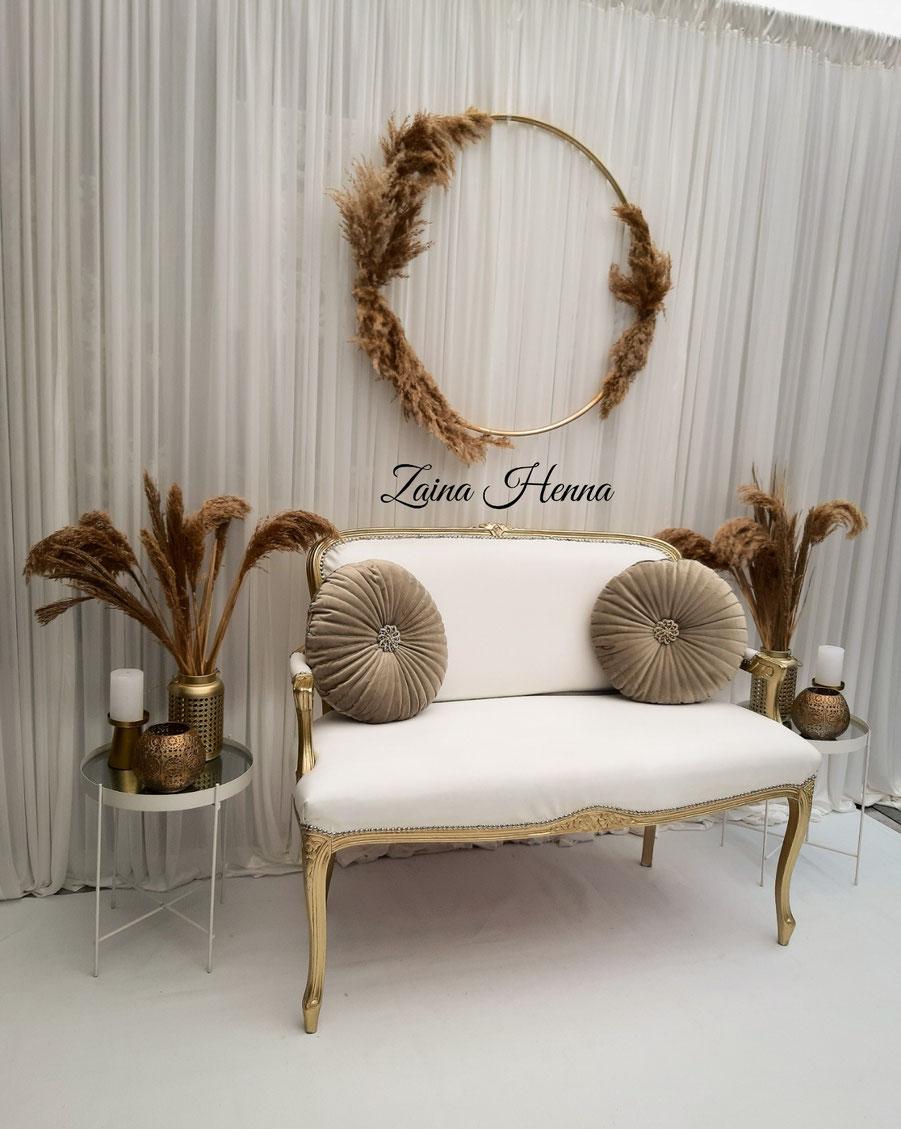Queen Anne Bank met achterwand pluimen cirkel en accessoires goud & wit €180,-