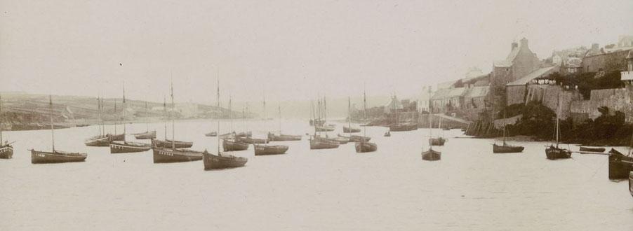 Les sloups au mouillage dans le port du Conquet vers 1900, il y a beaucoup de bateau creux et peu de bateaux pontés (Coll particulière)