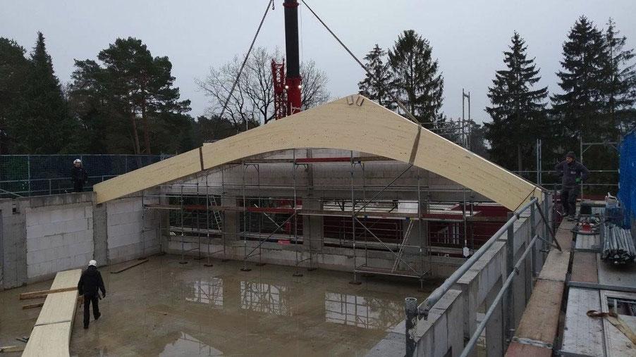 Der erste Holzbinder - inzwischen sind alle installiert (Foto: Stadt Quickborn)