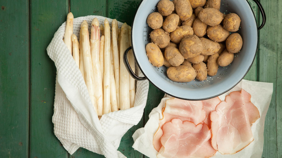 Spargel mit Kartoffel und gekochtem Schinken.
