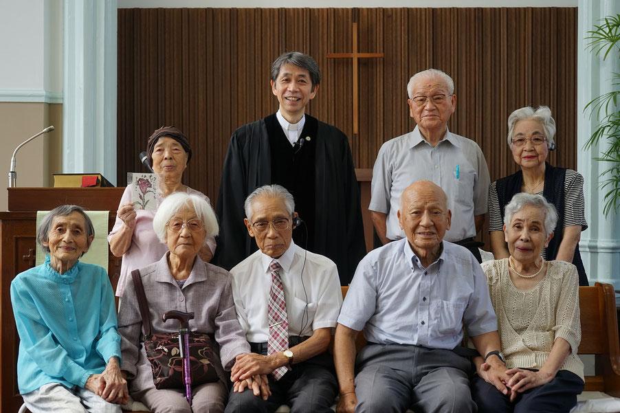 2016年9月11日(日)旭東教会の恵老祝福礼拝のあと記念撮影をしました。手を取り合う前列の皆さん、そして一同の表情がおだやかで素晴らしい!