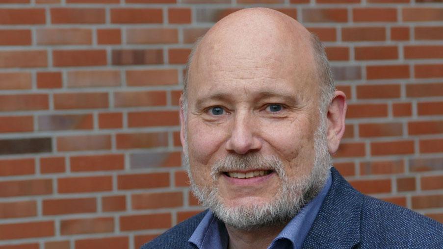 Der FDP-Ortsvorsitzende Thomas Beckmann stellt den FDP-Vorschlag zur Erhaltung der Bäume vor