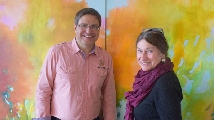 """Bürgermeister Köppl freut sich über die Bilder von Alice Kaufmann, die zur Zeit sein Büro schmücken. Im Hintergrund ihr Gemälde """"Marienbad""""."""
