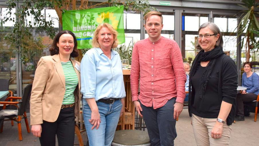 Sylvia Molina, Mitarbeiterin der Kreisgeschäftsstelle, Anke Thomsen und Pamela Masou, stellvertretende Ortsvorsitzende in Quickborn, (v.l.) freuten sich über den Besuch des Europawahl-Kandidaten Rasmus Andresen