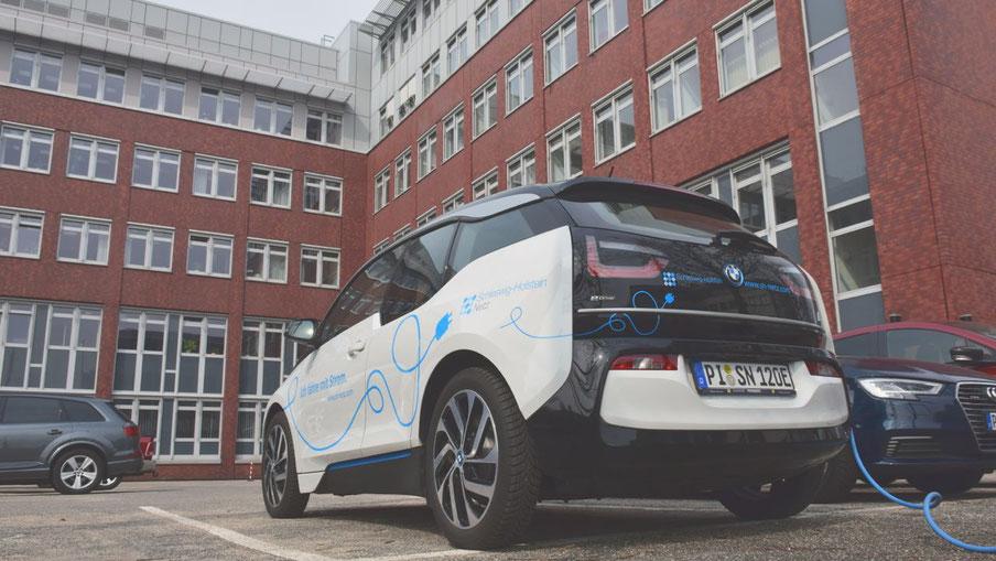 Auf dem Weg in die Zukunft: Ein e-Fahrzeug der Schleswig Holstein Netz AG an einer Ladesäule vor der Unternehmenszentrale in Quickborn