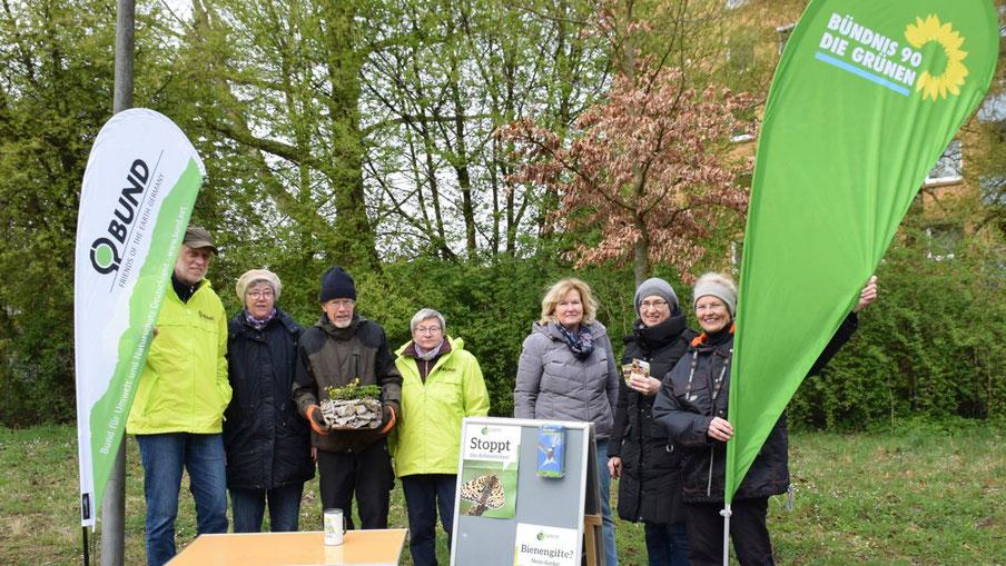 Für die Natur im Einsatz: Hans-Joachim Bull, Ute Bars, Jürgen Dammers und Sarina Pfitzner vom BUND sowie Marion Nagelfeld, Pamela Masou und Sabine Schaefer-Maniezki von den Grünen (v.l.)-