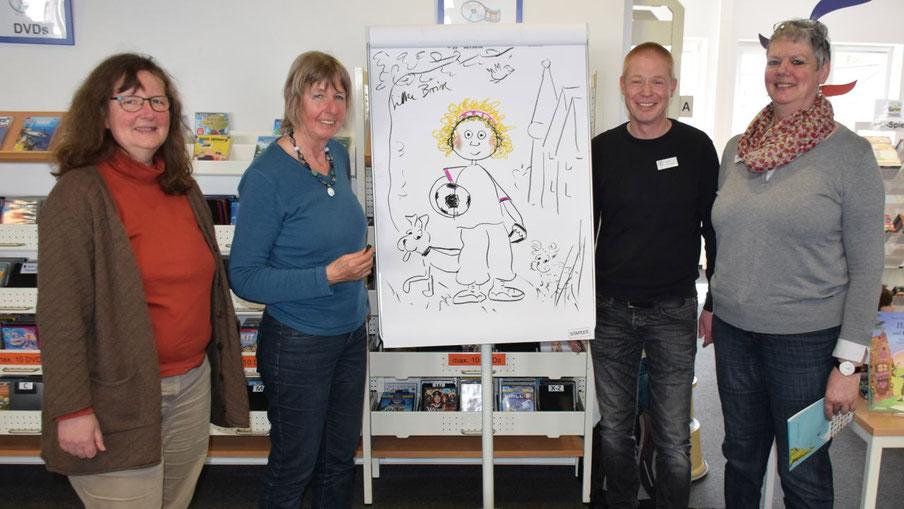 Petra Schüddekopf, Leiterin der Mühlenberg-Schule, die Illustratorin Silke Brix sowie Klaus Fechner und Monika Pütz (Leitung Stadtbücherei) freuten sich über den Erfolg ihres gemeinsamen Lesetages.