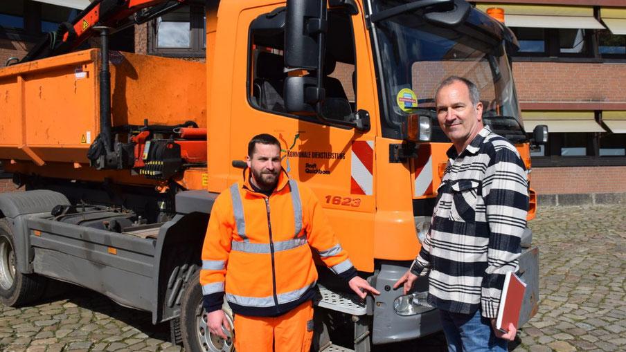 Fuhrparkleiter Bastian Hafemann und Fachbereichsleiter Uwe Scharpenberg (v.l.) zeigen auf einen der vier Sensoren, die beim Abbiegen Personen und Gegenstände erfassen und Warnsignale auslösen