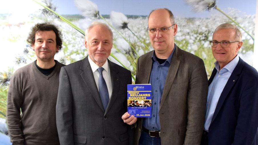 Stellten das Neujahrskonzert vor: Moderator Markus Steffen, Rotary-Vertreter Wolf-Dieter Reiff, Michael Wagener (Hamburger Konservatorium) und Sponsor Dr. Horst Alsmöller (VR-Bank in Holstein)
