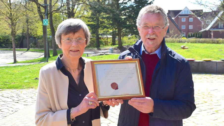 Irene Lühdorff, Leiterin der Geschichtswerkstatt, und Rudolf Timm freuen sich über den Neuzugang im Archiv