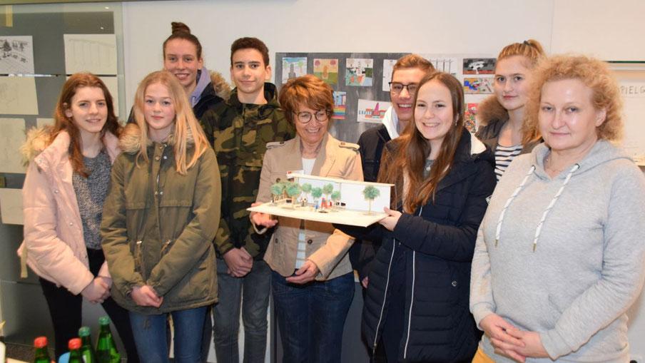 Stadtjugendpflegerin Birgit Hesse (mit Modell) und Kunstlehrerin Laila Unger (ganz rechts) leiteten das Projekt, bei dem SchülerInnen der Klassen acht bis elf Ideen für den Platz entwickelten  (auf dem Foto eine Vertretung)