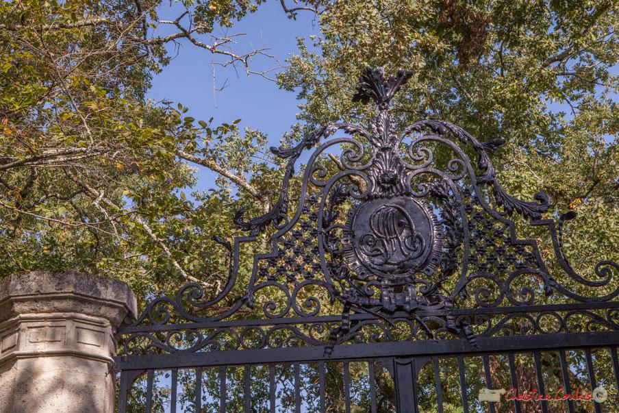 Monogramme du portail du Domaine Poujade-La Rousselière, allée Lamothe, Cénac, Gironde. 16/10/2017