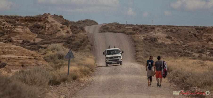 Volswagen Multivan T3 et couple de randonneurs. Carretera Vuelta del Polígono de tiro, Parque natural de las Bardenas Reales, Navarra