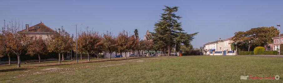 Place du bourg de Cénac, depuis l'avenue des côtes. Gironde. 16/10/2017