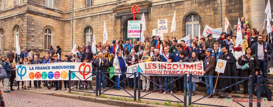 """""""Macron, Présidents des riche$, Saigneurs des pauvres"""" Photo de famille de la France insoumise, sur le parvis de l'Hôpital Saint-André, place de la République, Bordeaux. 01/05/2018"""