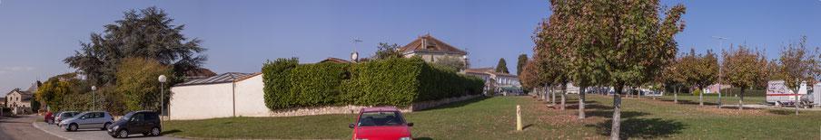 Photographie panoramique. Place du bourg, depuis l'avenue des côtes, Cénac Gironde. 16 octobre 2017.
