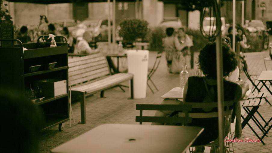 """Objectif déconfinement, """"Soir d'été déconfiné, tête à tête, terrasse du Poggetti"""" quartier Saint-Michel Bordeaux. Mercredi 24 juin 2020. Photographie : Christian Coulais"""