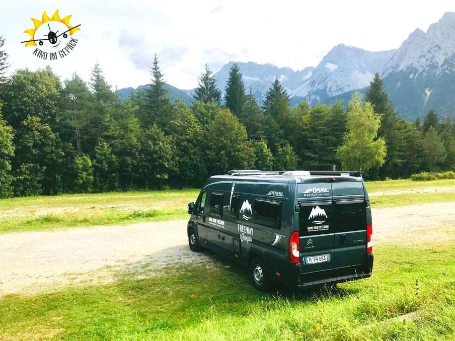 Der Pössl Roadcruiser von Freeway Camper vor dem Karwendelgebirge.