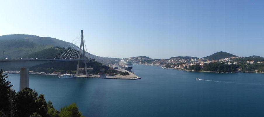 Blick auf Franjo-Tuđman-Brücke und den Hafen von Dubrovnik
