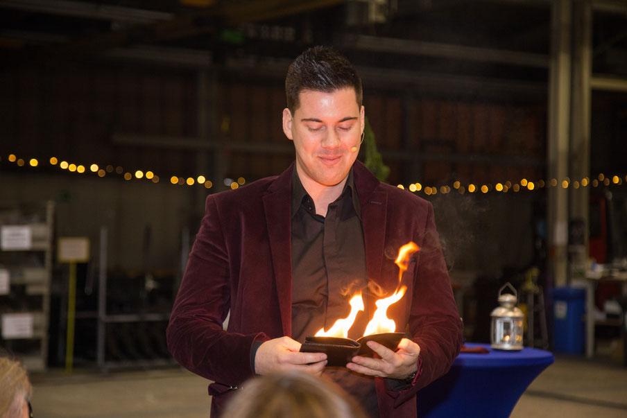 Zauberer mit Feuer