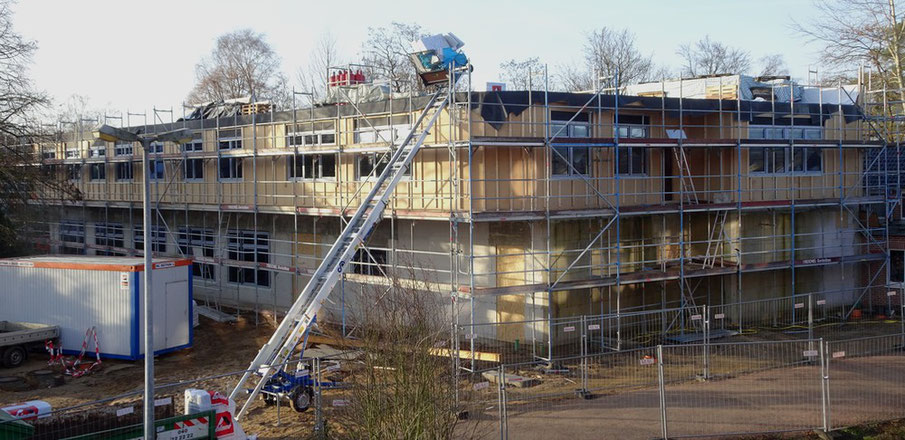 Die Fenster sind eingebaut, das Dach gedichtet und mit Isolierung versehen.