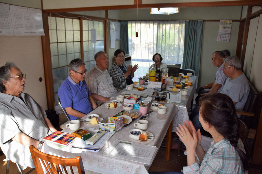 2017年7月のお誕生日祝会が行われました。達郎さんは右側の列手前から3人目、勝さん左側手前から3人目