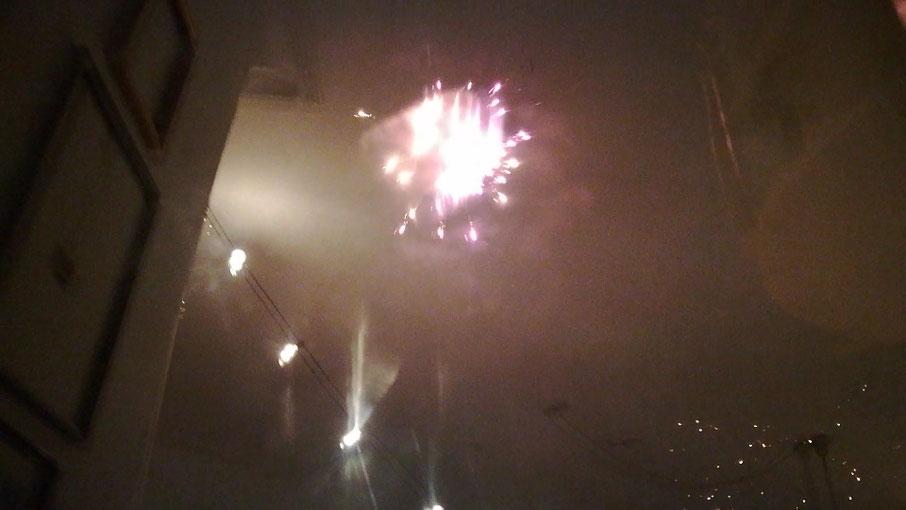 D.I.Y. Kunst aus der Sylvesternacht. Die Geschichte von Glitzerkonfetti und Flammenregen. Raketen-Kunst und Feuerwerk zum Verlieben.