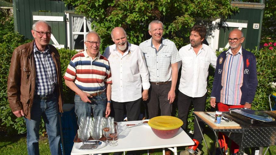 "Gäste beim Polit-Talk: Klaus H. Hensel, Grillmeister ""Charly"" Karl-Günther Hopmann, Gastgeber Thomas Dänecke, Peter Lehnert, Robert Hüneburg  (v.l.)"