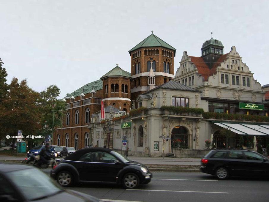 """Die alte Synagoge wurde 1938 aus """"verkehrstechnischen Gründen"""" abgerissen. Sie stand in der Herzog-Max-Straße direkt hinter dem Künstlerhaus."""