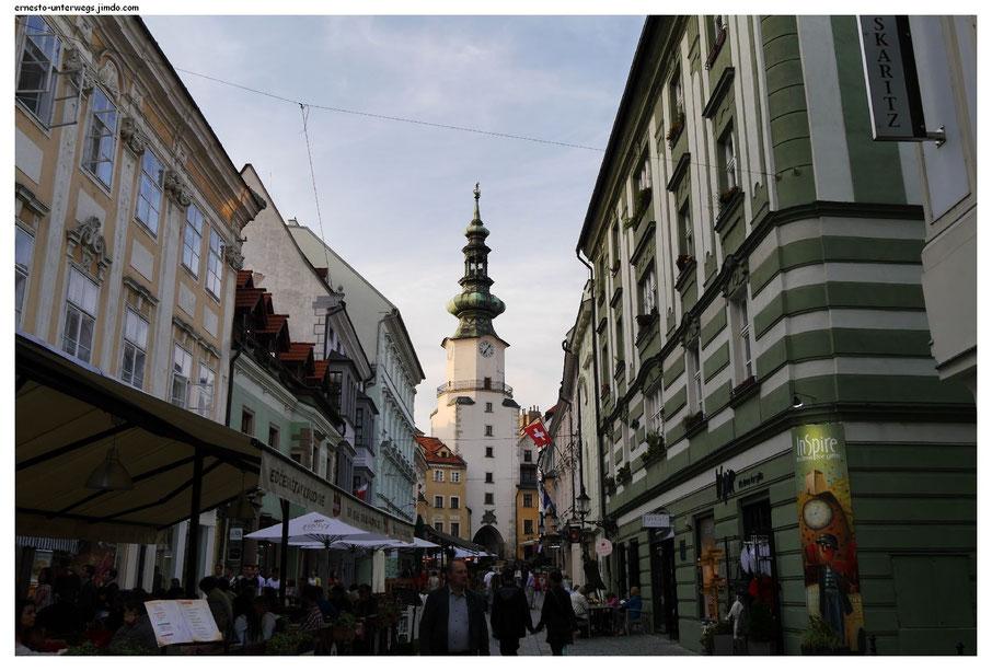 Das ist eine der größten Sehenswürdigkeiten von Bratislava, das Michaelertor. Ganz am rechten Bildrand seht ihr an der Hauswand den Schriftzug mit dem Namen meines Hotels.