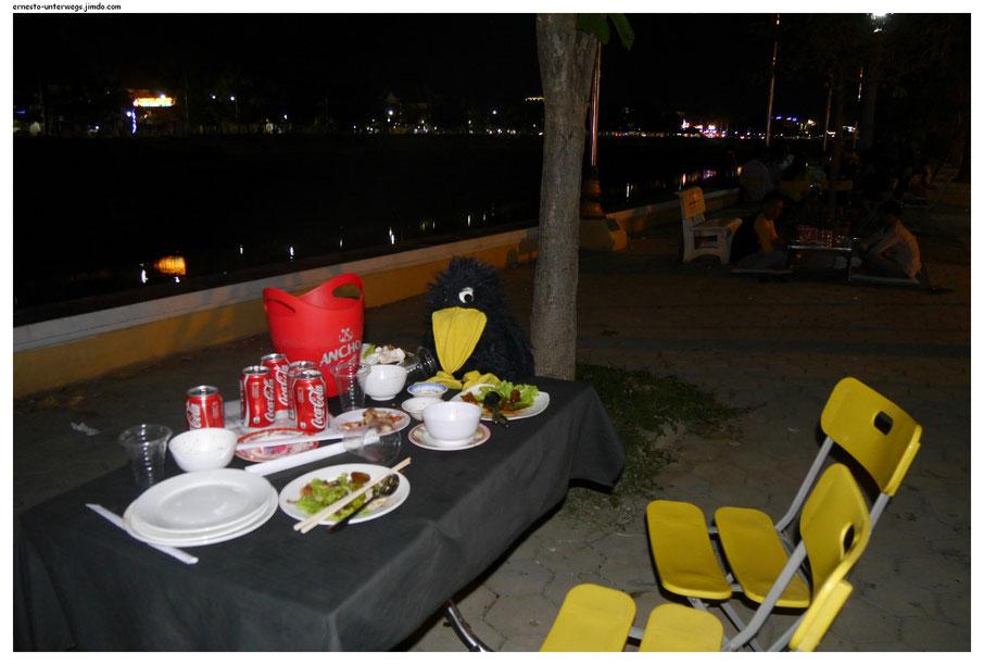 Abendessen auf der Promenade in Battambang