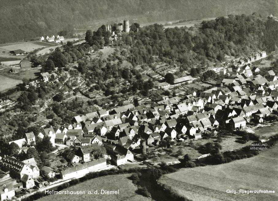 Fliegeraufnahme aus den 1940er/50er Jahren - Ortschaft im Diemeltal mit Krukenberg und Burg (Aero-Lux-Foto)