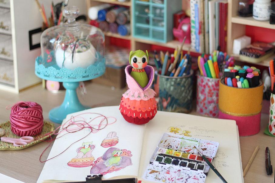 escultura blanda, fieltro, workspace, estudio de arte, craft, costura, diseño, muñecos, wenyuri, mesa de trabajo, estudio de artista