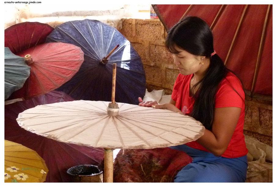 Eine Schirmmacherwerkstatt, die von Touristen besucht werden kann.