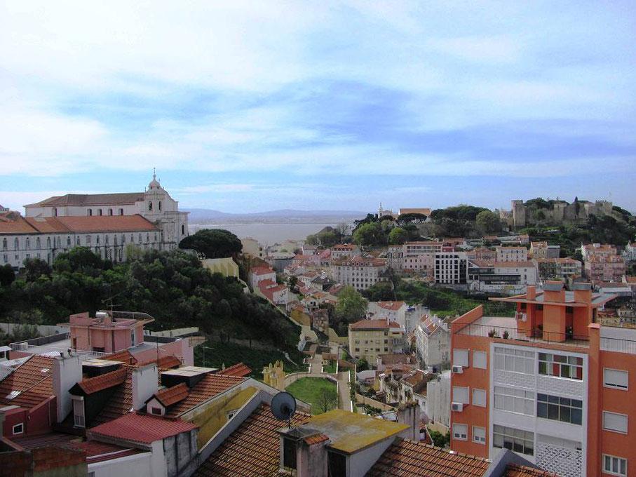 On a une vue à gauche sur le miradouro da Graça à côté de l'église de même nom.