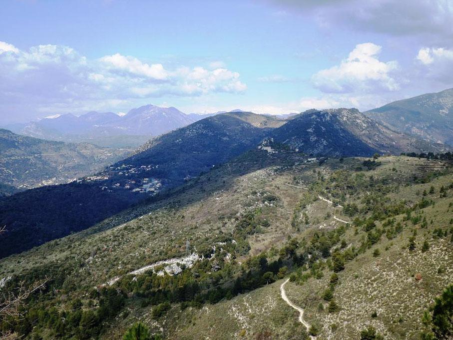 Les ruines de Châteauneuf au loin entre les deux montagnes