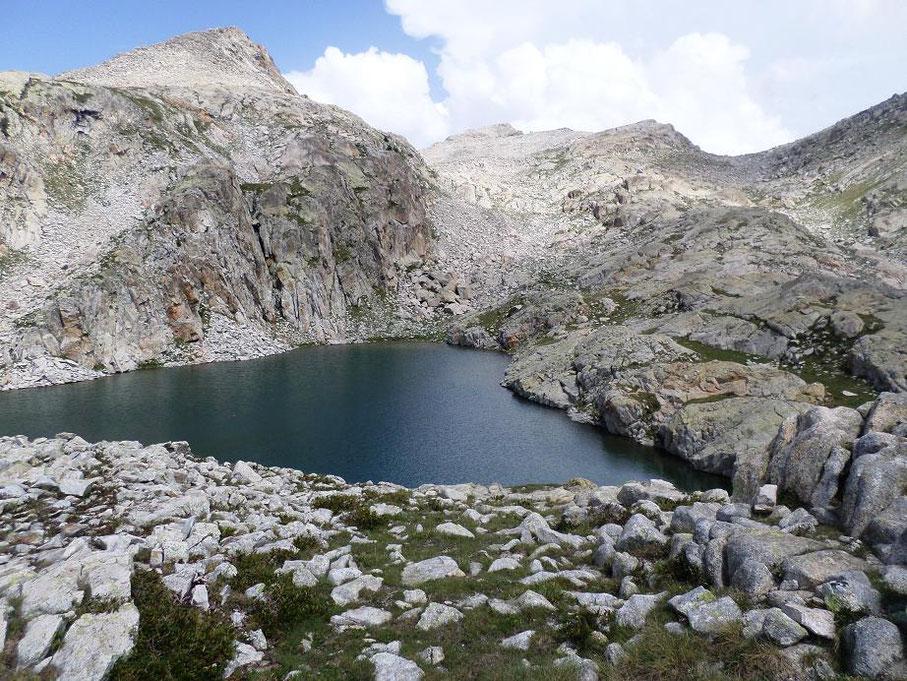 Le deuxième lac vu du haut et le col en haut à droite qui est le prochain objectif à atteindre