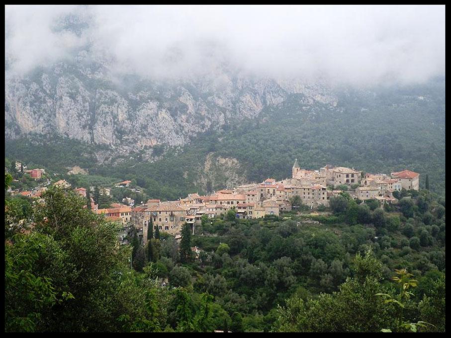 Le village de Gorbio vu de la route en arrivant