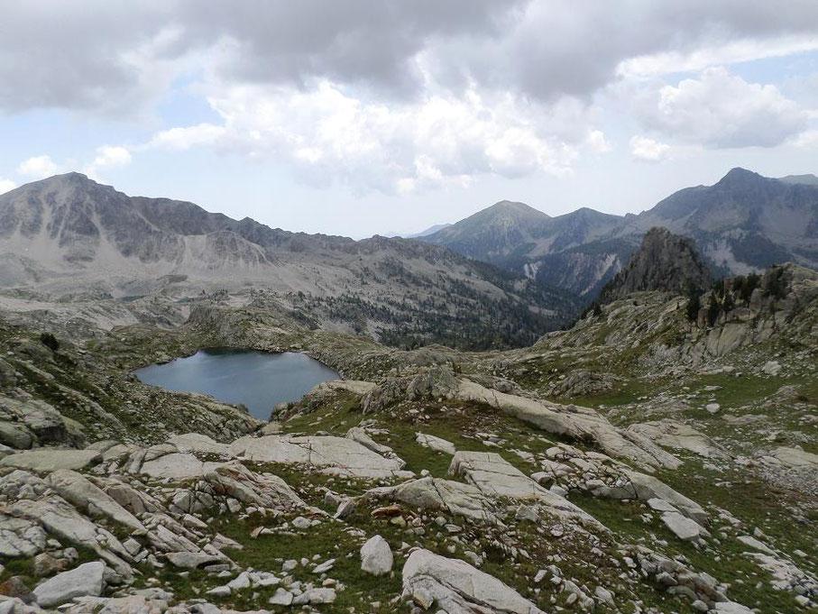 Vue de nouveau du lac des Bresses et de ceux de Frémamorte au loin.