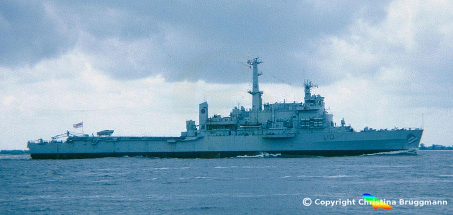"""Britisches amphibisches Landungsschiff """"HMS FEARLESS L10 auf der Elbe 1983"""
