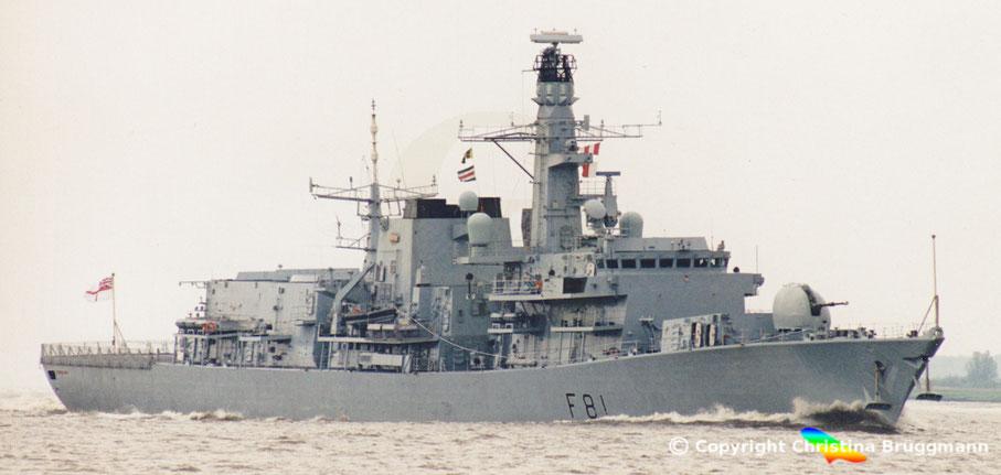 """Fregatte """"HMS SUTHERLAND"""" nach Besuch in Hamburg auf der Elbe  06.2001"""