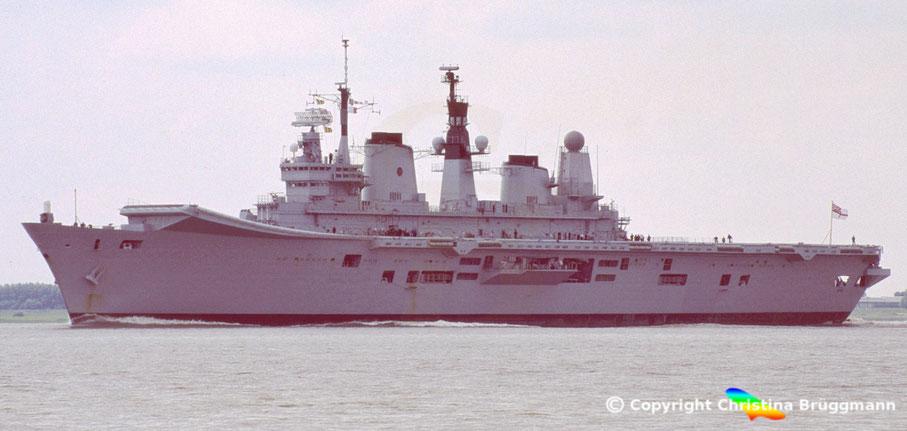 Flugzeugträger ARK ROYAL R07 auf der Elbe 2006